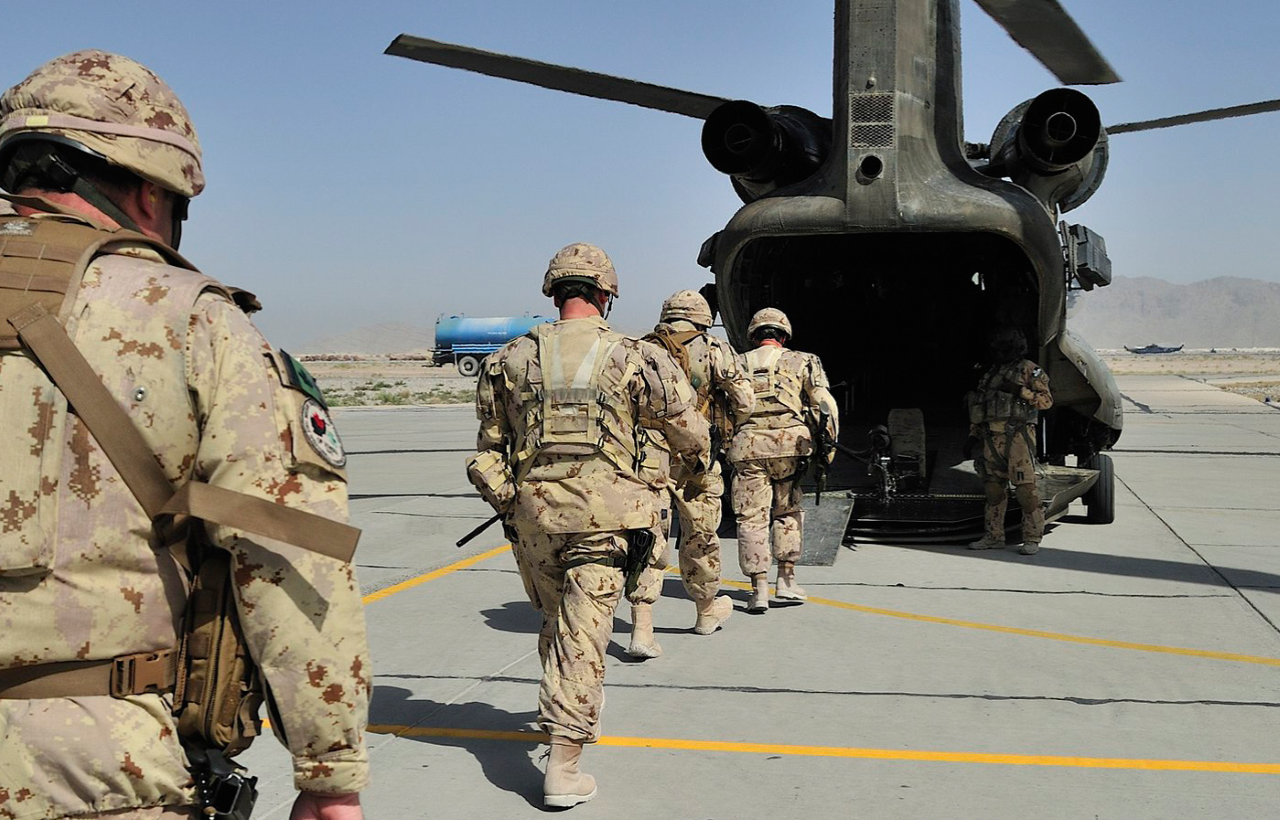 Canadian troops boarding a Chinook helicopter. Image courtesy Combat Camera, Department of National Defence.
